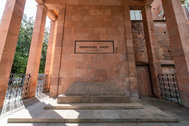 Immanuel kant graf. gedenkteken voor duitse filosoof. kaliningrad, koenigsberg, rusland