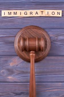 Immigratiewet houten hamer.