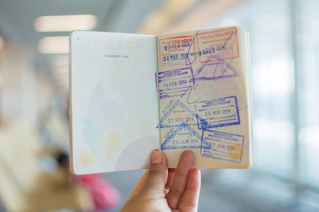 Immigratiezegels op paspoort op luchthaven.