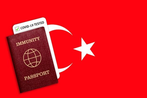 Immuniteitspaspoort en testresultaat voor covid-19 op de vlag van turkije. certificaat voor mensen die coronavirus hebben gehad of een vaccin hebben gemaakt.