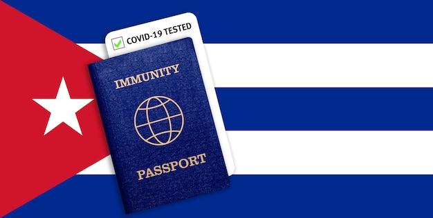Immuniteitspaspoort met covid-test op de nationale vlag van cuba