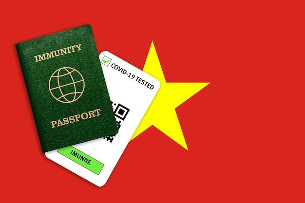 Immuniteitspaspoort voor reizen na een pandemie en testresultaat voor covid op vlag van vietnam