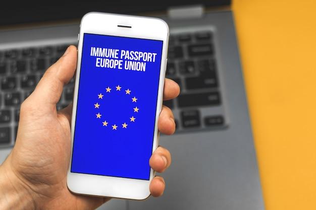 Immuunpaspoort van het concept van de europese unie, gezondheidspaspoort, covid-19 vaccineren controle mobiele app foto