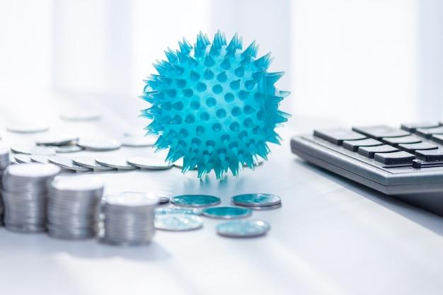 Impact van coronavirus op de economie. munten, rekenmachine op het bureau. geneeskunde en geldconcept, uitgaven voor covid-19.