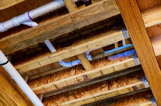 In aanbouw nieuw huis pvc afvalwatersysteem ruwe sanitaire buis en montage compleet