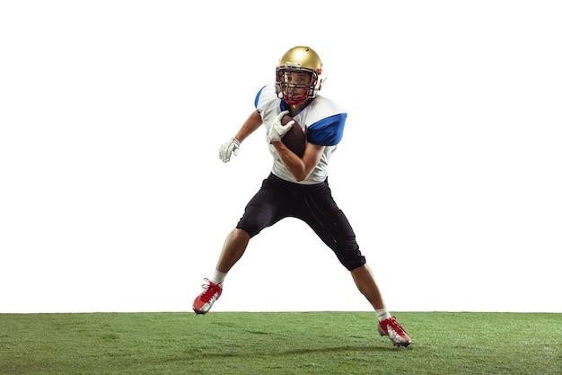 In actie. american football-speler geïsoleerd op wit met copyspace.