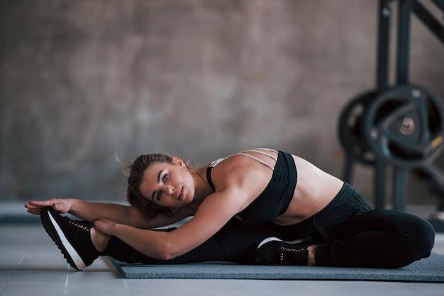 In beweging. prachtige blonde vrouw in de sportschool in haar weekend.