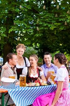 In biertuin - vrienden op een tafel met bier