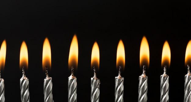 In brand gestoken kaarsen voor verjaardagsevenement