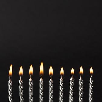 In brand gestoken kaarsen voor verjaardagsfeestje
