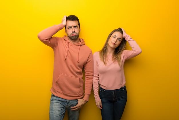 In dag van de valentijnskaart groep van twee mensen op gele achtergrond met een uitdrukking van frustratie en niet begrijpen