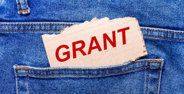 In de achterzak van de jeans zit een bruin papiertje met de tekst grant