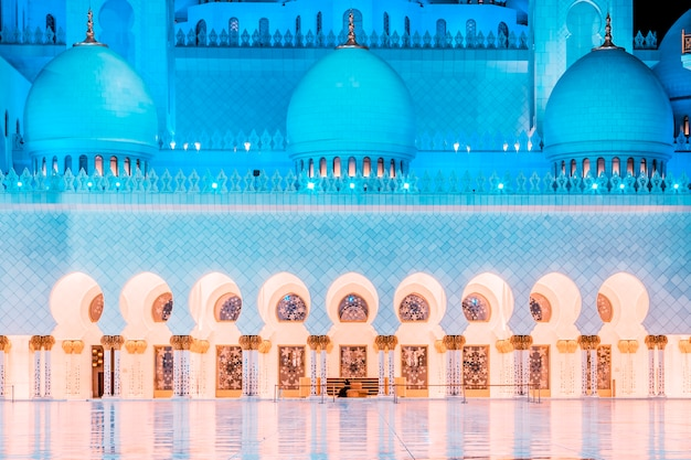 In de beroemde grote moskee sheikh zayed 's nachts, verenigde arabische emiraten