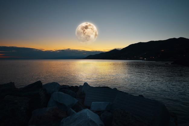 In de blauwe zee van ligurië ongelooflijk maanlicht Premium Foto