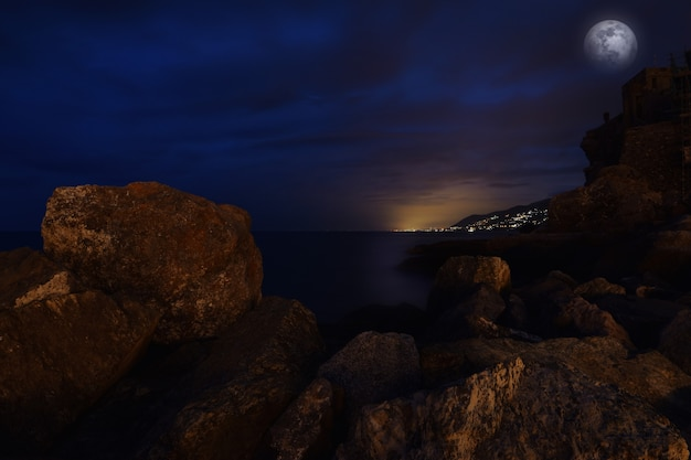 In de blauwe zee van ligurië ongelooflijk maanlicht
