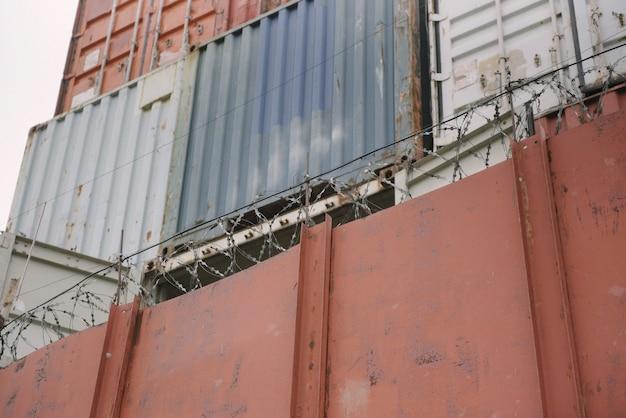 In de haven staan ijzeren containers van verschillende kleuren