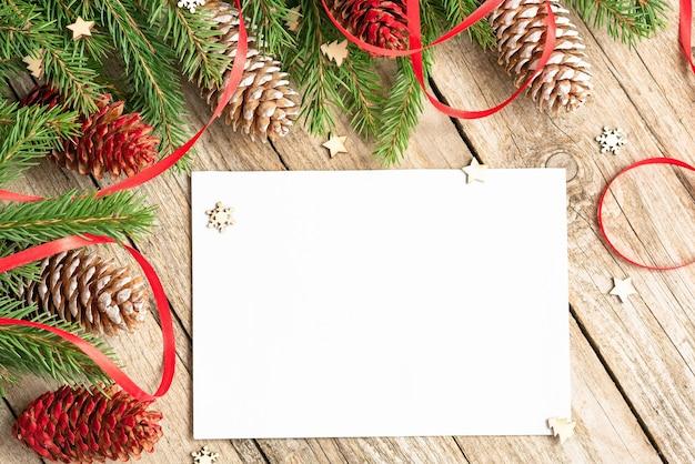 In de kerstboomtakken zit een notitieboekje voor aantekeningen.