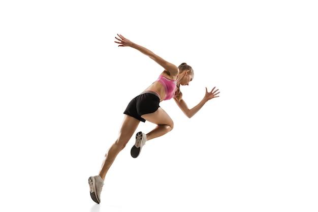 In de lucht. kaukasische professionele vrouwelijke atleet, runner training op witte studio.