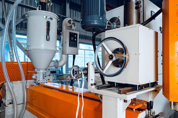 In de nieuwe fabriek voor de productie van elektrische kabel. kabelproductie.