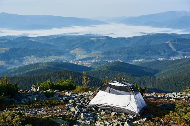 In de ochtend kamperen op de top van de berg