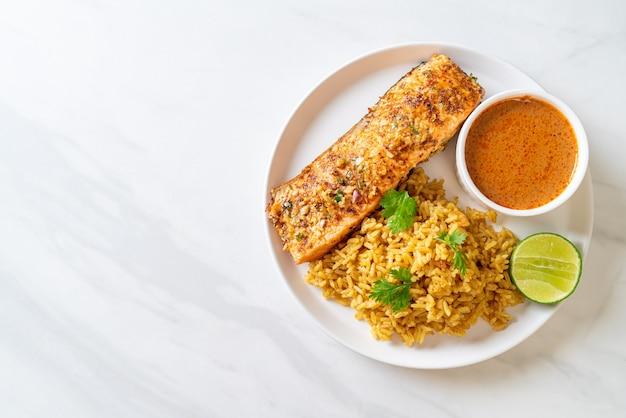 In de pan aangebraden zalmtandoori met masalarijst - moslimvoedselstijl