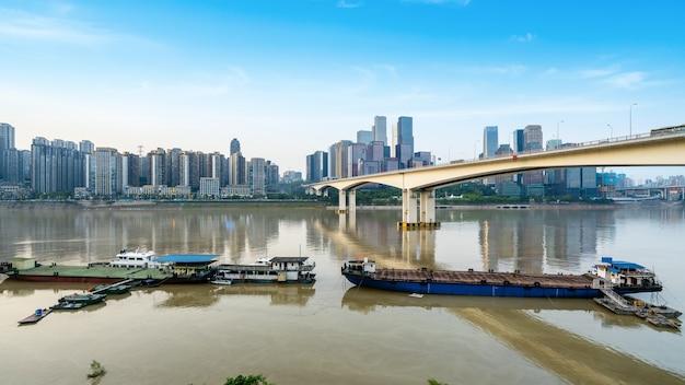 In de schemering, de skyline van de prachtige stad, chongqing, china