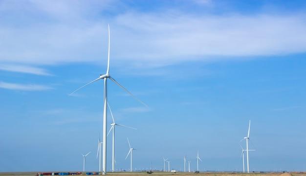 In de steppe zijn windturbines geïnstalleerd