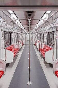 In de trein, leeg, geen mensen.
