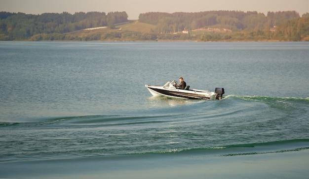 In de zomer vaart een motorboot op het meer