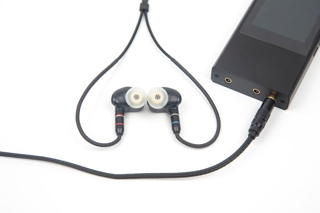 In-ear koptelefoon voor hifi-muziekspeler. audiogeluid en moderne apparatuur voor muziekliefhebbers en audiofielen