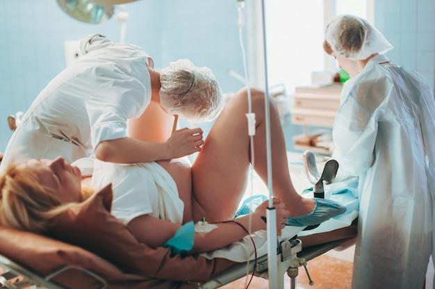 In een kraamkliniek controleert een verloskundige de hartslag van een ongeboren pasgeboren baby voor de bevalling.