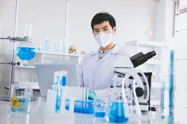 In een modern laboratorium voeren wetenschappers experimenten uit