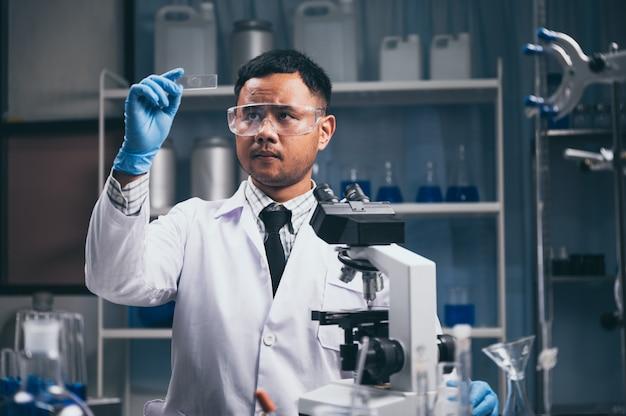 In een modern laboratoriumonderzoek voert wetenschapper experimenten uit door samenstellingen te synthetiseren