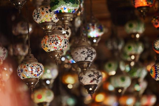 In een turkse winkel hangen arabische lampen. mooie handgemaakte islamitische lampen, een toeristisch souvenir en een symbool van arabische landen