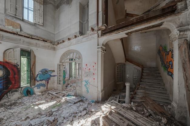 In een verwoest statig herenhuis