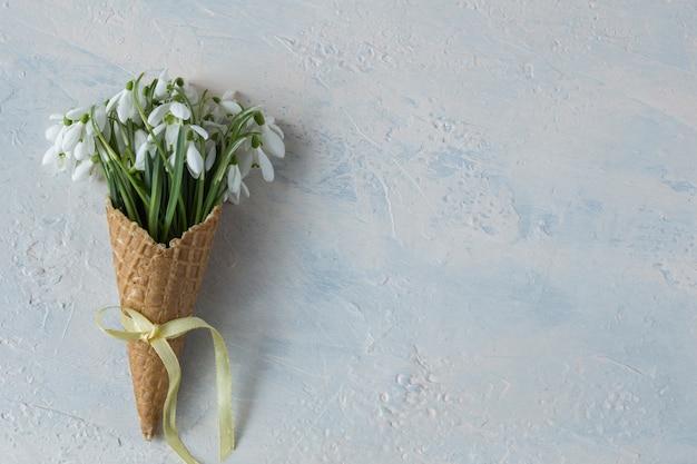 In een wafelkegel voor ijs een boeket sneeuwklokjes