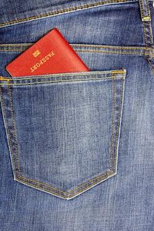 In een zak donkerblauwe jeans paspoort ingebracht