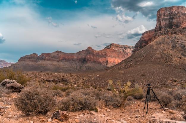 In fotografie laat hij een statief achter in tonto west op het pad van bright angel trailhead in de grand canyon. arizona