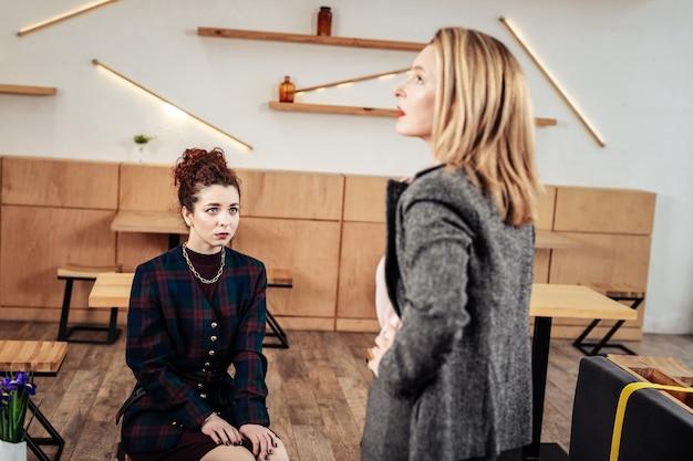 In gesprek met medewerker. blondharige zakenvrouw in gesprek met haar werknemer met persoonlijke ontmoeting