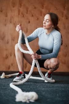 In goede lichaamsvorm. sportieve jonge vrouw heeft fitnessdag in de sportschool in de ochtendtijd