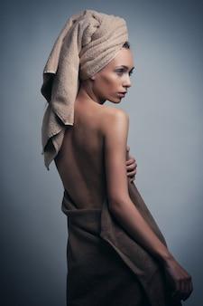 In handdoek gewikkeld