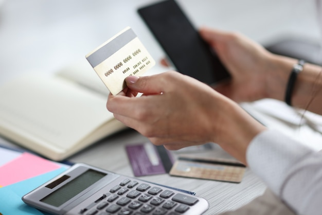 In handen van creditcard, bankkaart en smartphone
