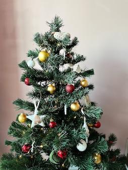 In het appartement staat een kleine plastic kerstboom versierd met speelgoed