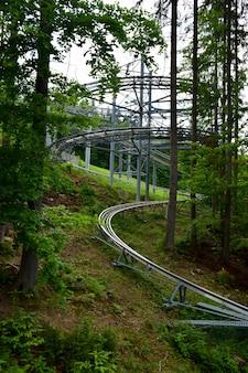 In het bos aan de kant van de berg is een achtbaanrit leeg geen mensen