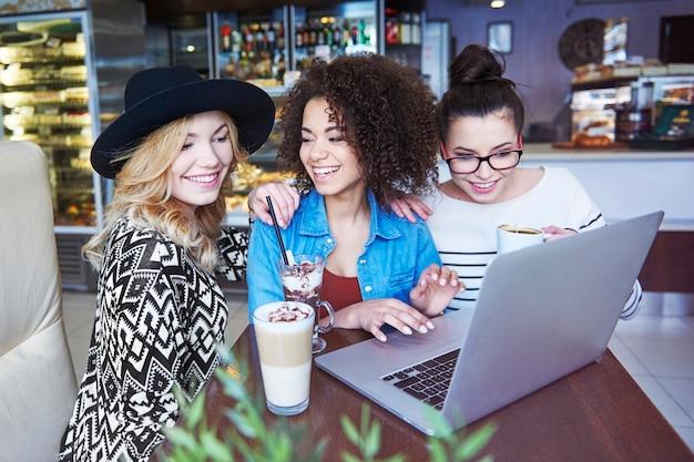 In het café is snel en gratis internet nodig