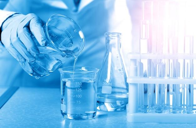 In het chemielaboratorium doen vrouwelijke wetenschappers experimenten