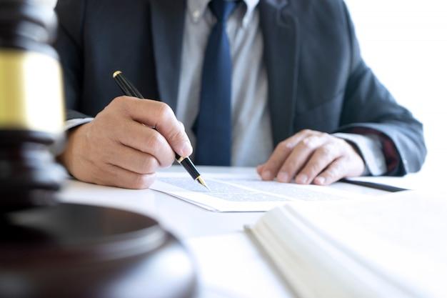In het kantoor van rechter of advocaat,
