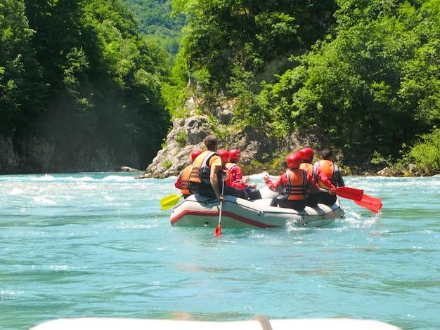 In het noorden van montenegro geslaagd voor raften. de wedstrijd werd bijgewoond door vertegenwoordigers van verschillende landen.