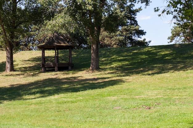 In het park een houten tuinhuisje gebouwd voor de rest van de dorpsbevolking
