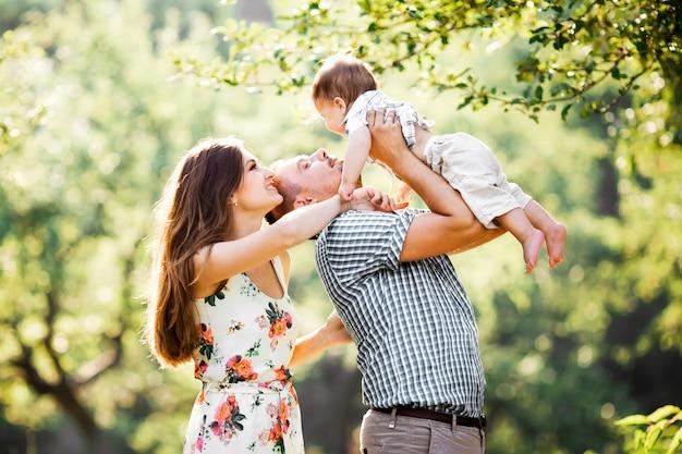 In het park en gelukkige familie